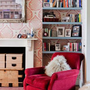 Idéer för att renovera ett litet eklektiskt arbetsrum, med rosa väggar, mörkt trägolv, en standard öppen spis, en spiselkrans i trä, brunt golv och ett bibliotek
