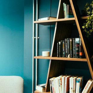 Idéer för ett mellanstort modernt hemmabibliotek, med blå väggar, heltäckningsmatta och ett fristående skrivbord