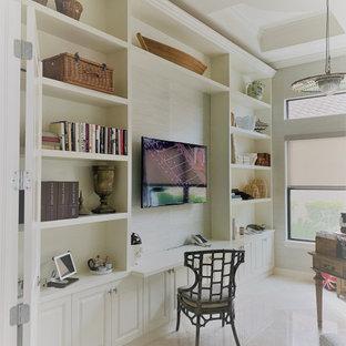 60 tals inredning av ett arbetsrum, med ett bibliotek och marmorgolv