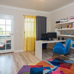 Idee per un ufficio american style di medie dimensioni con pareti multicolore, pavimento in bambù, nessun camino, scrivania autoportante e pavimento beige