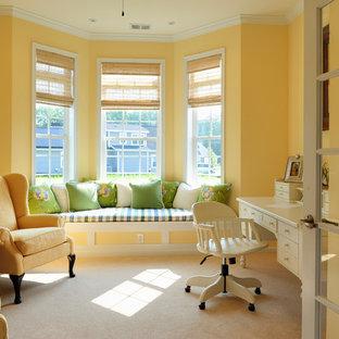 Inspiration för ett vintage arbetsrum, med gula väggar, heltäckningsmatta och ett fristående skrivbord