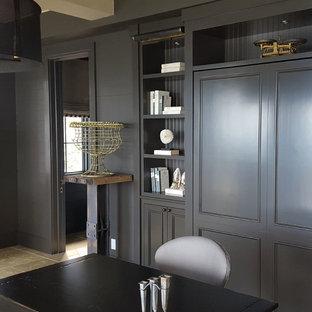 Esempio di un ufficio classico di medie dimensioni con pareti grigie, pavimento in gres porcellanato e scrivania autoportante
