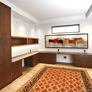 バンクーバーの巨大なアジアンスタイルのおしゃれなホームオフィス・仕事部屋 (ライブラリー、白い壁、竹フローリング、造り付け机、ベージュの床) の写真