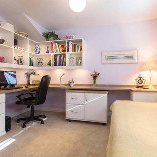 Пример оригинального дизайна: кабинет среднего размера в стиле неоклассика (современная классика) с фиолетовыми стенами, ковровым покрытием, встроенным рабочим столом и бежевым полом без камина