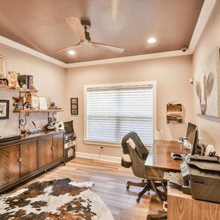 Idéer för ett mellanstort klassiskt hemmabibliotek, med bruna väggar, klinkergolv i porslin, ett fristående skrivbord och brunt golv