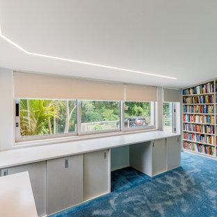 Aménagement d'un bureau contemporain de taille moyenne avec un mur bleu, moquette et un sol bleu.