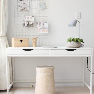 シドニーの小さい北欧スタイルのおしゃれな書斎 (白い壁、カーペット敷き、自立型机) の写真