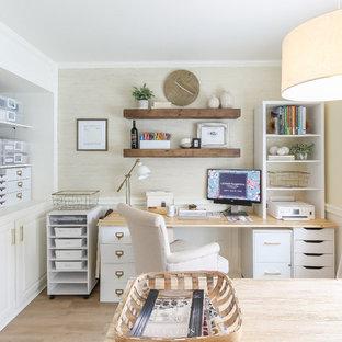 シアトルのビーチスタイルのおしゃれなホームオフィス・仕事部屋 (クッションフロア、自立型机、ベージュの壁、暖炉なし、ベージュの床) の写真