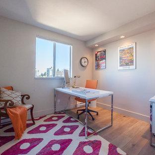 Cette photo montre un bureau romantique de taille moyenne avec un mur beige, un sol en bois brun et un bureau indépendant.