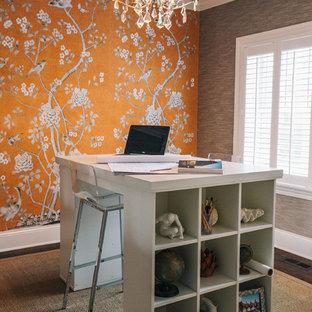 Идея дизайна: кабинет в стиле современная классика с оранжевыми стенами и отдельно стоящим рабочим столом