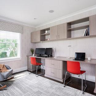 Идея дизайна: кабинет в современном стиле с встроенным рабочим столом, серыми стенами, темным паркетным полом, коричневым полом и обоями на стенах