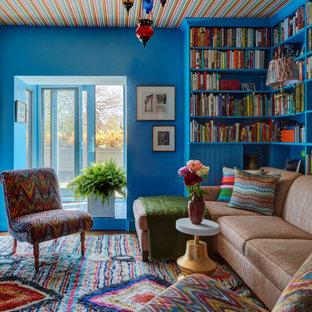 Идея дизайна: кабинет в современном стиле с библиотекой, синими стенами, паркетным полом среднего тона, коричневым полом и потолком с обоями