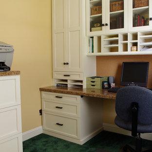 Cette photo montre un petit bureau chic avec un bureau intégré.
