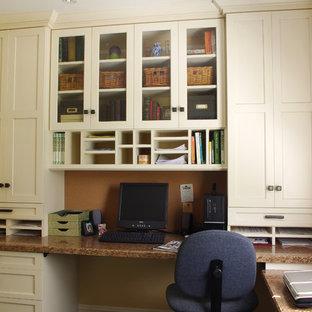 Foto de despacho tradicional, pequeño, con escritorio empotrado y paredes amarillas