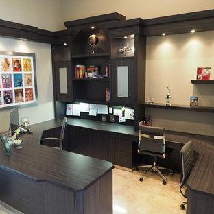 マイアミの大きいコンテンポラリースタイルのおしゃれな書斎 (ベージュの壁、セラミックタイルの床、暖炉なし、造り付け机) の写真