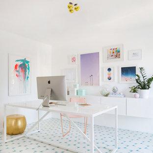 Esempio di un piccolo studio moderno con pareti bianche, pavimento con piastrelle in ceramica e scrivania autoportante