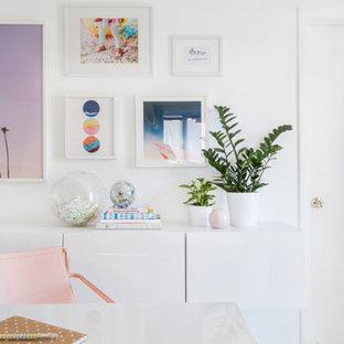Ispirazione per un piccolo studio minimalista con pareti bianche, pavimento con piastrelle in ceramica e scrivania autoportante