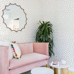 Esempio di un piccolo studio minimalista con pareti bianche, pavimento con piastrelle in ceramica e scrivania autoportante