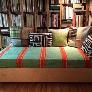Inspiration för ett litet eklektiskt arbetsrum, med ett bibliotek och ljust trägolv