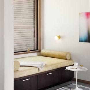 Idee per un grande ufficio moderno con pareti bianche, pavimento in gres porcellanato e scrivania incassata