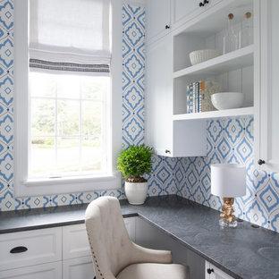 Esempio di un piccolo ufficio tradizionale con pareti blu, parquet scuro, nessun camino, scrivania incassata e pavimento marrone