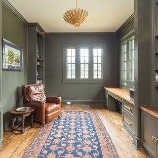 アトランタのカントリー風おしゃれなホームオフィス・書斎 (緑の壁、無垢フローリング、造り付け机、茶色い床) の写真