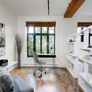 モントリオールの小さいコンテンポラリースタイルのおしゃれなアトリエ・スタジオ (白い壁、無垢フローリング、標準型暖炉、漆喰の暖炉まわり、自立型机、茶色い床) の写真