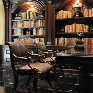 Modelo de despacho tradicional, grande, con paredes beige, suelo de baldosas de porcelana, escritorio independiente y suelo negro