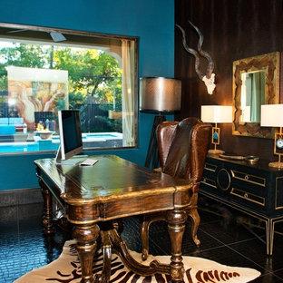 Foto di un ampio ufficio moderno con pareti blu, pavimento in gres porcellanato e scrivania autoportante