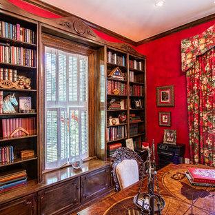 Idee per un grande studio vittoriano con pareti rosse, scrivania autoportante e libreria