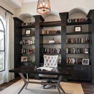 他の地域のトランジショナルスタイルのおしゃれなホームオフィス・書斎 (ライブラリー、ベージュの壁、自立型机、茶色い床) の写真