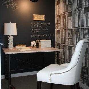 Exempel på ett klassiskt arbetsrum, med svarta väggar, heltäckningsmatta och ett fristående skrivbord