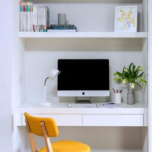Cette photo montre un petit bureau scandinave avec un mur blanc, un sol en carrelage de céramique, un bureau intégré et un sol gris.