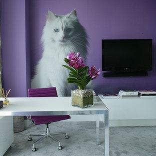 На фото: кабинет в современном стиле с фиолетовыми стенами, отдельно стоящим рабочим столом и серым полом с
