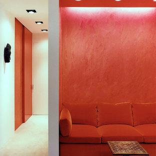 Immagine di un piccolo ufficio contemporaneo con pareti bianche, moquette, scrivania incassata e pavimento grigio