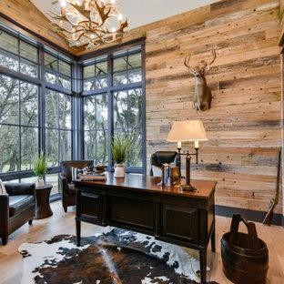オースティンのラスティックスタイルのおしゃれなホームオフィス・書斎 (淡色無垢フローリング、暖炉なし、自立型机、三角天井、板張り壁) の写真