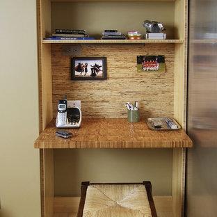 ニューヨークの小さいモダンスタイルのおしゃれなホームオフィス・書斎 (ベージュの壁、淡色無垢フローリング、造り付け机、ベージュの床) の写真