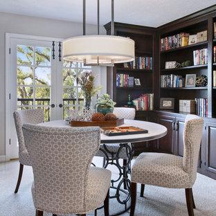 Ejemplo de despacho clásico, pequeño, sin chimenea, con paredes beige, moqueta y suelo beige