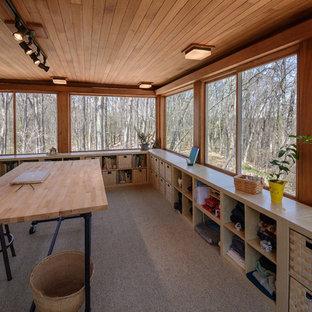 デトロイトのミッドセンチュリースタイルのおしゃれな書斎 (ベージュの壁、カーペット敷き、自立型机、茶色い床) の写真