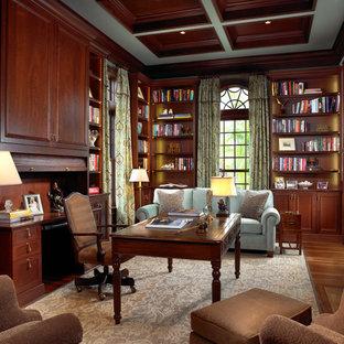 トラディショナルスタイルのおしゃれな書斎 (濃色無垢フローリング、標準型暖炉、自立型机、茶色い床) の写真