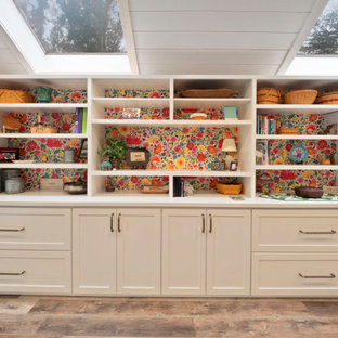 Modelo de sala de manualidades machihembrado, vintage, grande, con paredes blancas, suelo vinílico, escritorio empotrado, suelo marrón y machihembrado