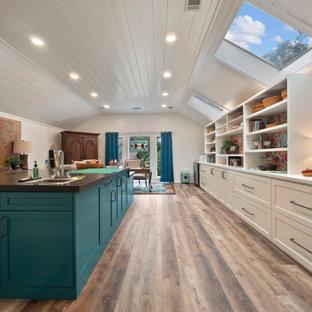 Неиссякаемый источник вдохновения для домашнего уюта: большой кабинет в стиле ретро с местом для рукоделия, белыми стенами, полом из винила, встроенным рабочим столом, коричневым полом, потолком из вагонки и стенами из вагонки