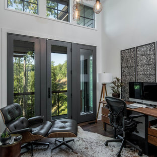 Ejemplo de despacho rústico con paredes blancas, suelo de madera oscura y escritorio independiente
