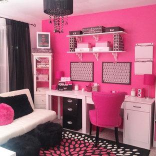 ニューヨークの小さいモダンスタイルのおしゃれなホームオフィス・書斎 (ピンクの壁) の写真