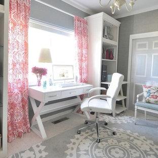 Idée de décoration pour un bureau style shabby chic de taille moyenne et de type studio avec un mur gris, moquette et un bureau indépendant.