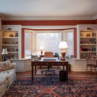 Esempio di un ufficio classico di medie dimensioni con pareti rosse, parquet scuro, nessun camino e scrivania autoportante