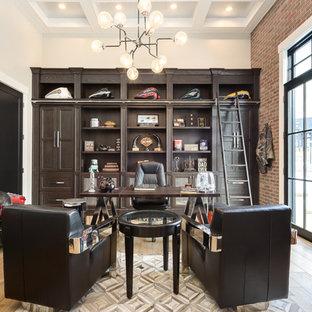 ソルトレイクシティの大きいトランジショナルスタイルのおしゃれな書斎 (赤い壁、淡色無垢フローリング、自立型机、ベージュの床、暖炉なし) の写真