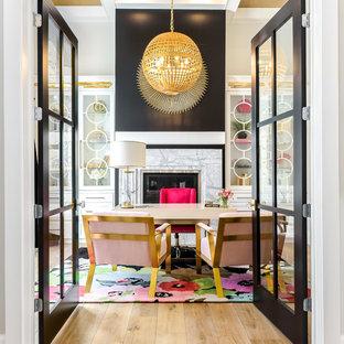 Неиссякаемый источник вдохновения для домашнего уюта: большое рабочее место в стиле современная классика с бежевыми стенами, светлым паркетным полом, стандартным камином, фасадом камина из камня, отдельно стоящим рабочим столом и бежевым полом