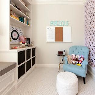 ソルトレイクシティの中くらいの北欧スタイルのおしゃれなクラフトルーム (白い壁、カーペット敷き、造り付け机、ベージュの床) の写真