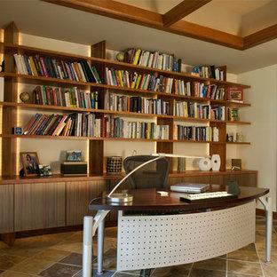 フェニックスの広いコンテンポラリースタイルのおしゃれなホームオフィス・書斎 (ライブラリー、白い壁、セラミックタイルの床、暖炉なし、自立型机、マルチカラーの床) の写真
